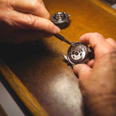 Z tantalu wytwarza się wyroby jubilerskie takie jak koperty zegarków